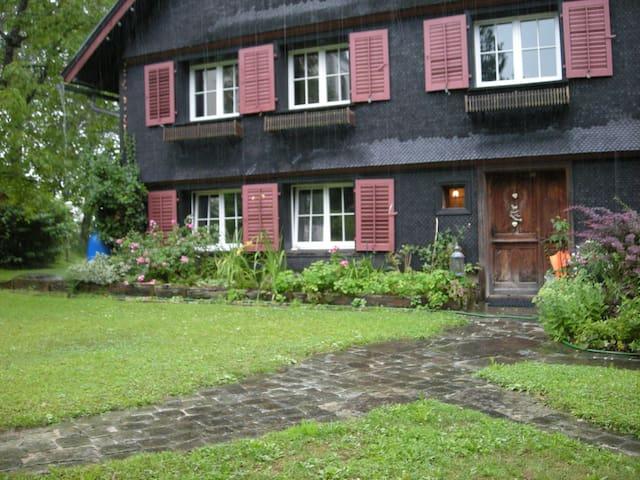 Gemütliche Ferien-Wohnung in 370 Jahre-altem Haus - Bildstein - Lägenhet