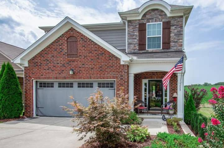 Lovely, quiet and clean Spring Hill Home w/View