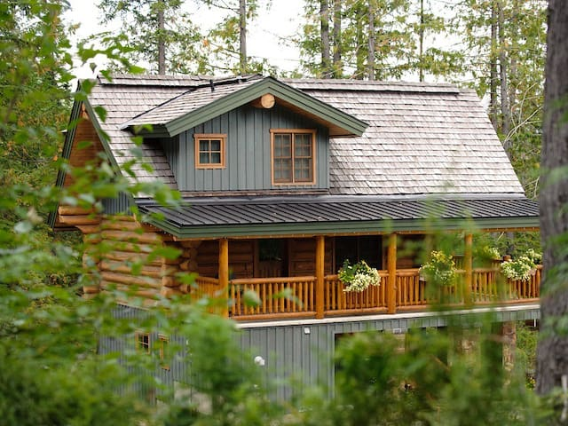 Ski in/ski out 3 level log Cabin with private hot tub, BBQ & deck, wifi and pool access: 506 - Snow Creek Cabin 506