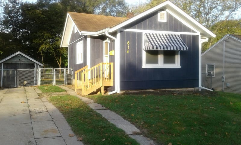 ENTIRE blue cottage Huge Savings Great longer stay
