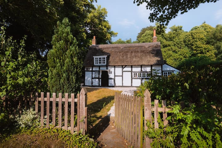 Thatched Cottage by Tatton Stays