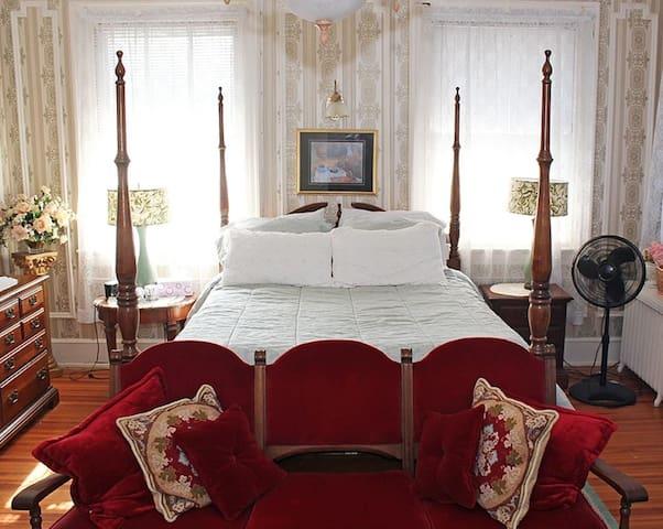 Queen-Private Bathroom-Superior-Colonial Room