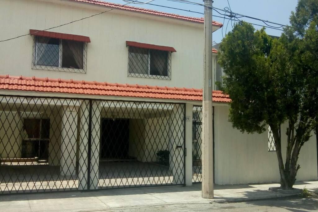 Nuestra fachada y cochera con espacio para 2 autos