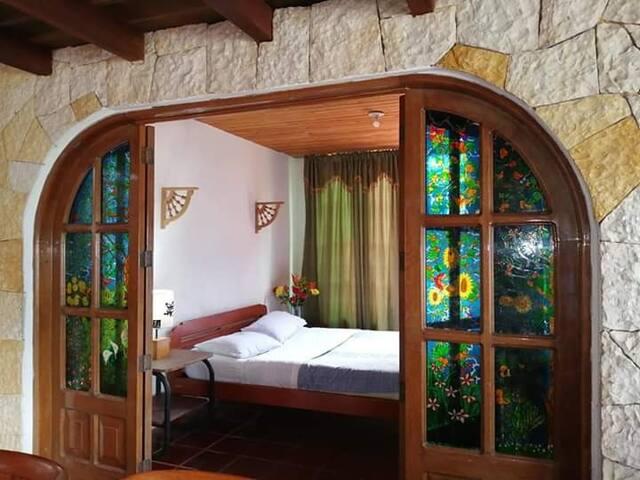 Bella habitación #2 comoda  para pareja o persona sola, vitrales y madera.