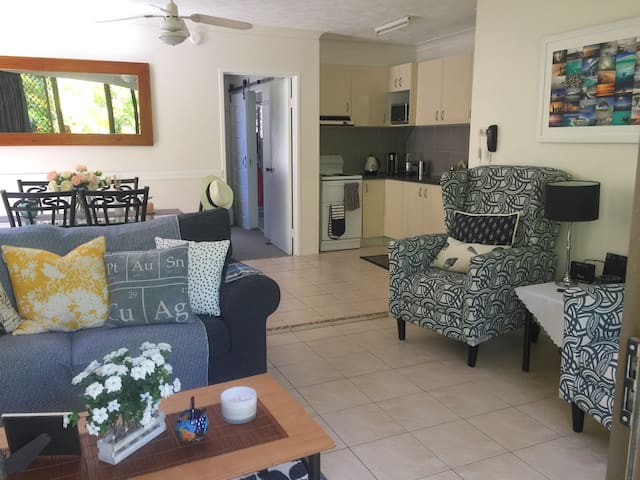 BURLEIGH BEACH HAVEN free wi-fi, self contained - Burleigh Heads - Apartment