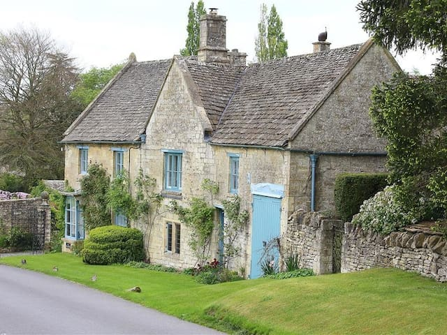 THE MALT HOUSE, pet friendly, with pool in Burford, Ref 988771