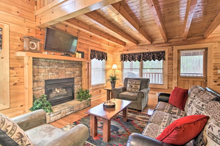 Pigeon Forge Cabin w/ Hot Tub, 2.5 Mi to the Strip