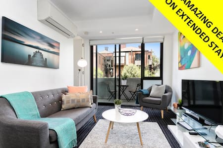 Stroll to Beach and Cafes From Trendy St Kilda Pad