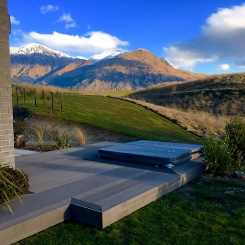 Hot tub views Remarkables, Coronet and Cadrona Ski fields yet still private and close to the house.