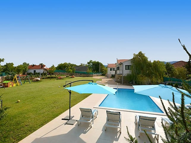 Exclusive, Elegant and Delightful Pool Property - Trilj Trilj - Dom