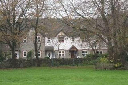 Cottage in pretty, rural village - Tytherington - House