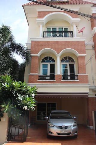 英拉府邸附近的纯泰国土著居住高档小区 - Bangkok