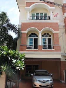 英拉府邸附近的纯泰国土著居住高档小区 - Bangkok - Villa
