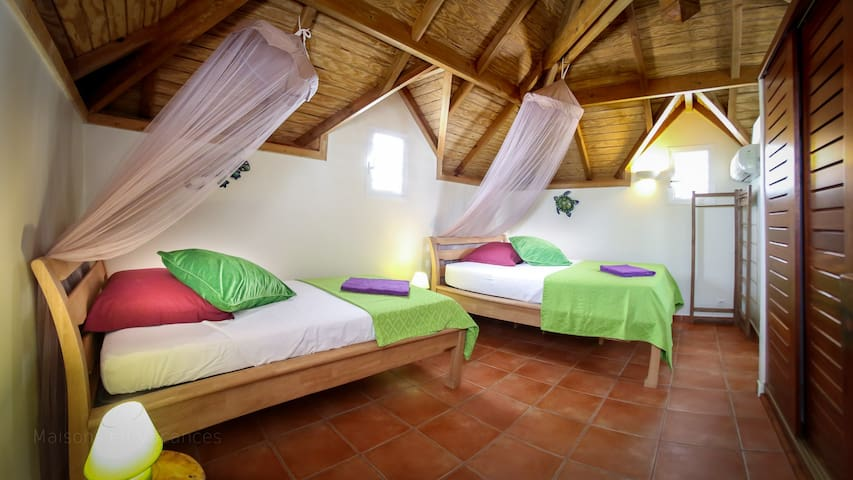 La chambre verte avec climatisation et salle de bains privative