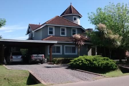 Casa con Piscina en Club de Campo - Francisco Álvarez - House