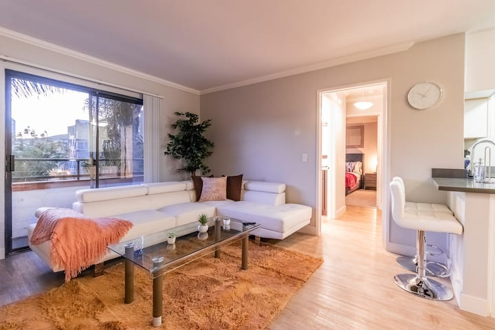 Outstanding 2BR & 1BT in the Heart of Hollywood!
