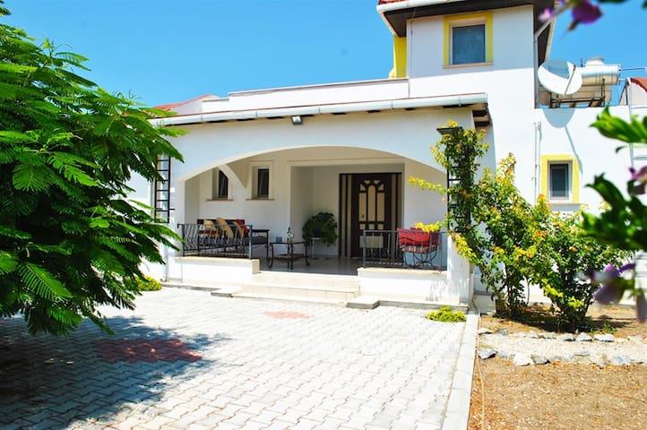 Villa Butterfly sleeps 8 people with 4 bedrooms and 2 bathrooms - Karşıyaka - Huis