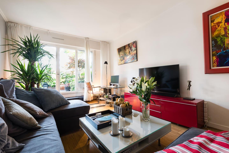 Le living room donnant accès à la terrasse, comme la cuisine, les toilettes, la salle de bains et la terrasse sont des espaces partagés avec moi pendant toute la  durée de votre séjour.