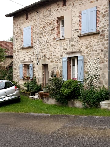 Belle maison en pierre de taille au volets bleus