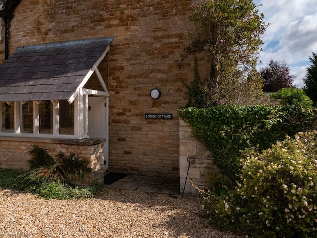 Lodge Cottage part of Kingham Cottages with pool and extensive garden