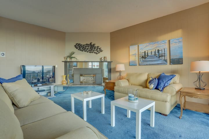 Gorgeous condo w/ lovely views & a shared pool & sauna - across from the beach!
