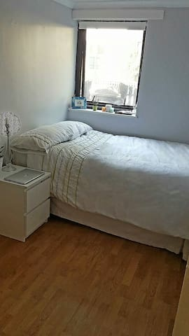 Double room in a clean/quiet house in Wansdworth - Lontoo - Talo