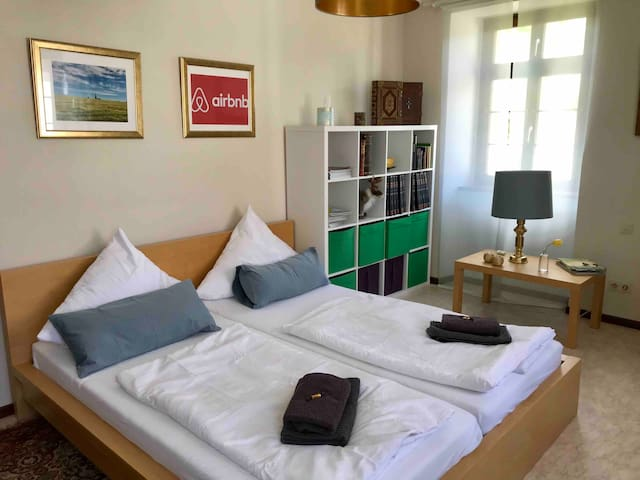 Gemütliches Zimmer mit Kingsize-Bett im Pfarrhaus