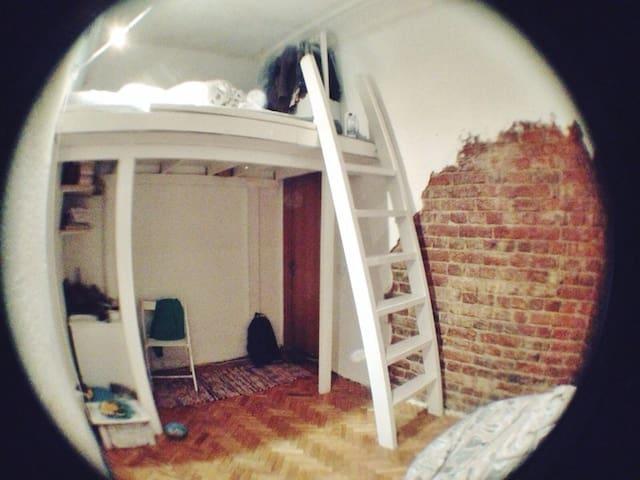 Двухъярусная комната в центре. - Sankt-Peterburg - Apartamento