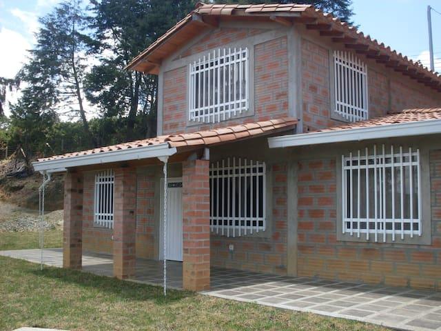 HERMOSA FINCA SANTA ELENA EN EL PARQUE ARVI - Santa Elena - บ้าน