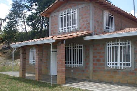 HERMOSA FINCA SANTA ELENA EN EL PARQUE ARVI - Santa Elena - Ház