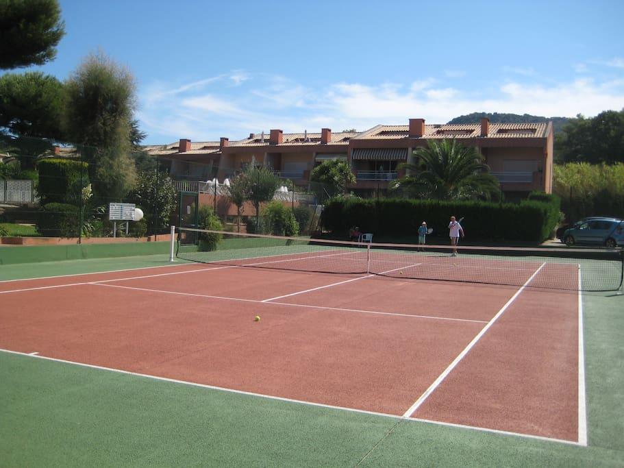 mit Tennisplatz