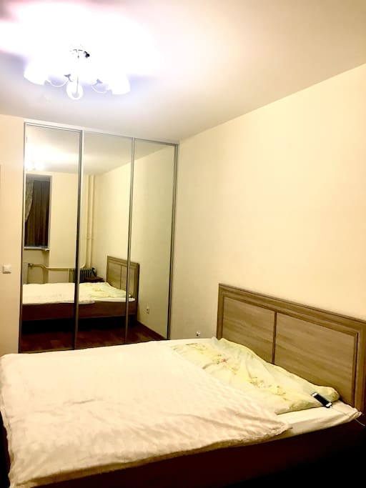 Комната,за зеркалом гардеробная