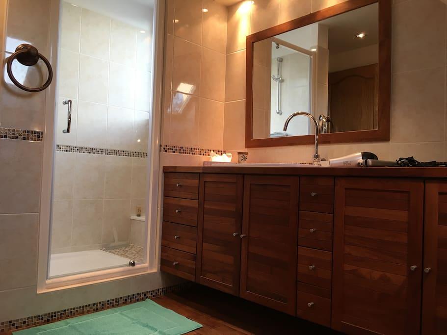 chambre rouge chez annie et alain maisons louer nanteuil l s meaux le de france france. Black Bedroom Furniture Sets. Home Design Ideas