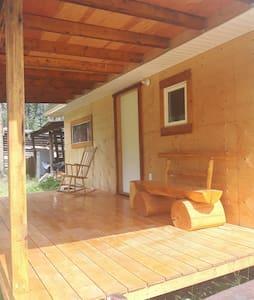 Cozy cabins 15mins drive to Kluane National Park