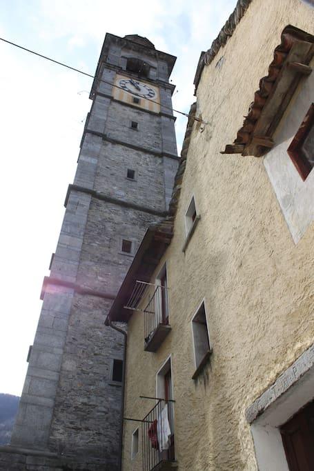 Casa Giubbini neben Kirchturm