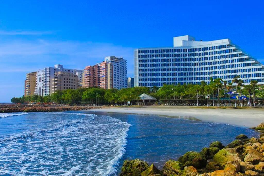 Playa a 50 metros del apartamento ( cerca al hotel Hilton )