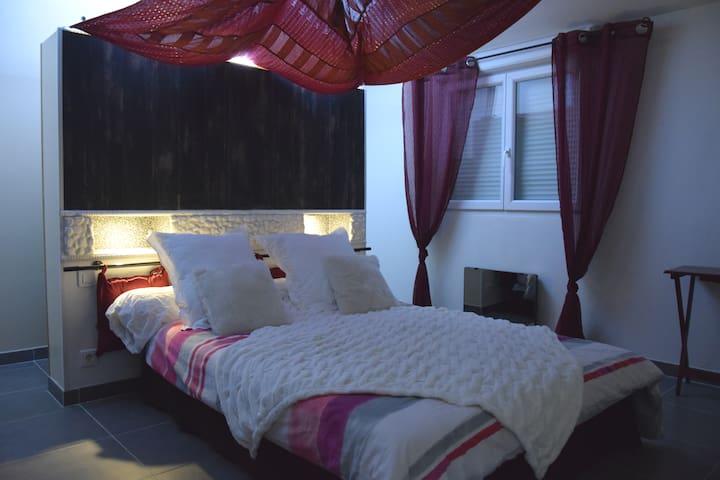 Chambre parentale avec porte donnant sur terrasse. Cette chambre possède une télévision. Les deux dressings indépendants se trouvent derrière la tête de lit.