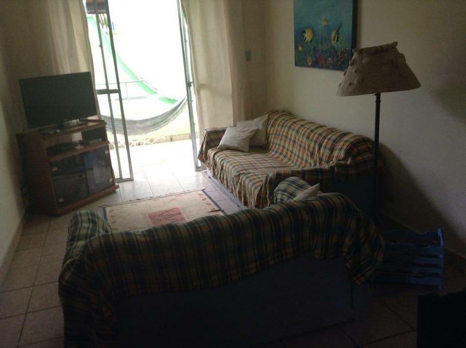 Sala e sacada que pode colocar uma mesa e rede