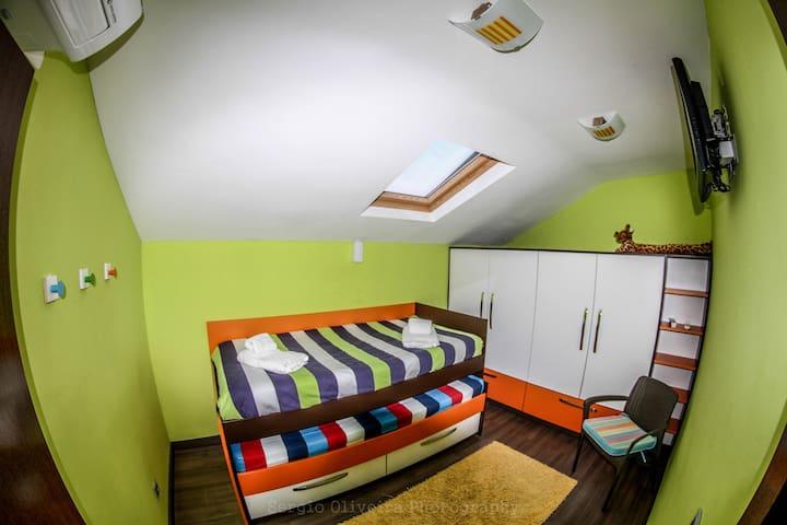 BEDROOM WITH 2 BEDS SINGLE QUARTO 1 BELICHE 2 CAMAS
