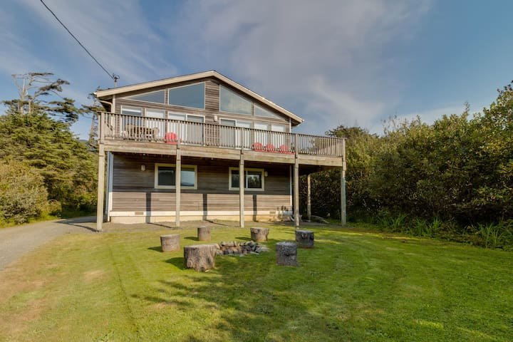 Dog-friendly house with ocean view, private hot tub, and private path to beach
