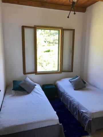 Chambre avec 2 lits 1 personne