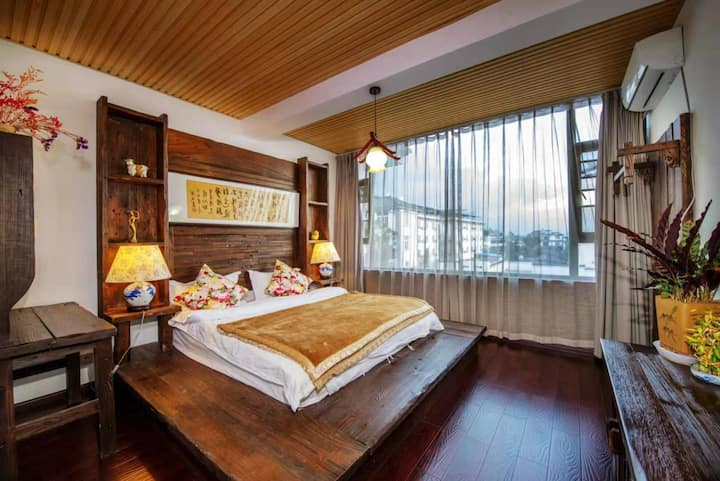 观苍山洱海全景豪华套房(两室一厅):躺在主卧就可以看见苍山洱海,邻近大理古城最热闹最繁华的南城门。