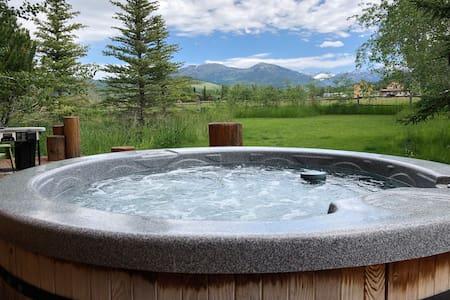Last Min Special! - Amazing Views + Hot Tub!