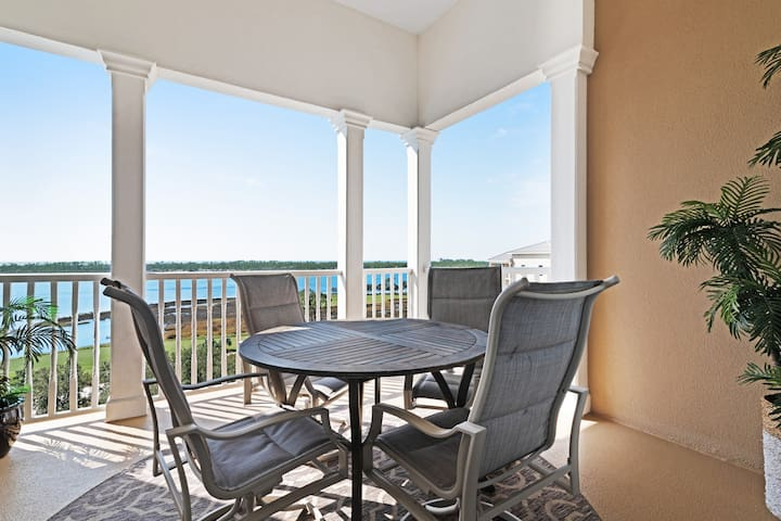 Beautiful 8th-floor condo w/ stunning bayfront view & shared pool/hot tub!