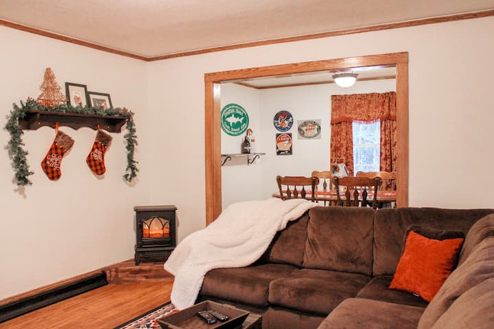 Cozy UP Cottage minutes from skiing & trails!