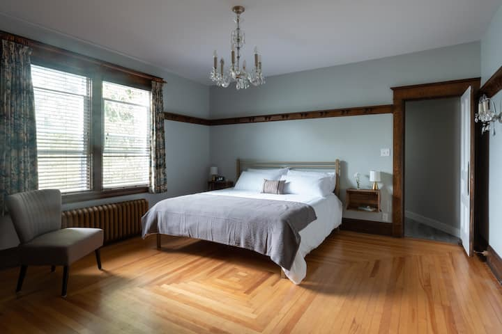Beautiful Suite in a Heritage Home - King Bed