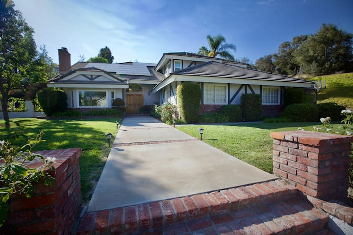 Spacious, Centrally-Located Kid-Friendly Pool Home - La Habra Heights - Hus