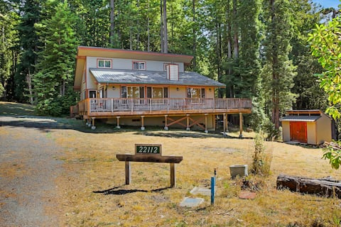 Tranquil home with free WiFi, outdoor fireplace and full kitchen!