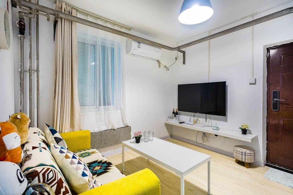 客厅有沙发,可以看电视,也可以在客厅吃饭~