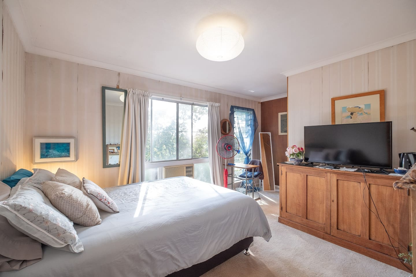 New Comfortable Queen mattress, luxury sheets, remote control HD Smart TV, remote control reverse cycle air conditioning, view of trees with  Mt Coot-tha in the distance. Leading onto ensuite with shower, sink, toilet, built-in robes, and mirror.